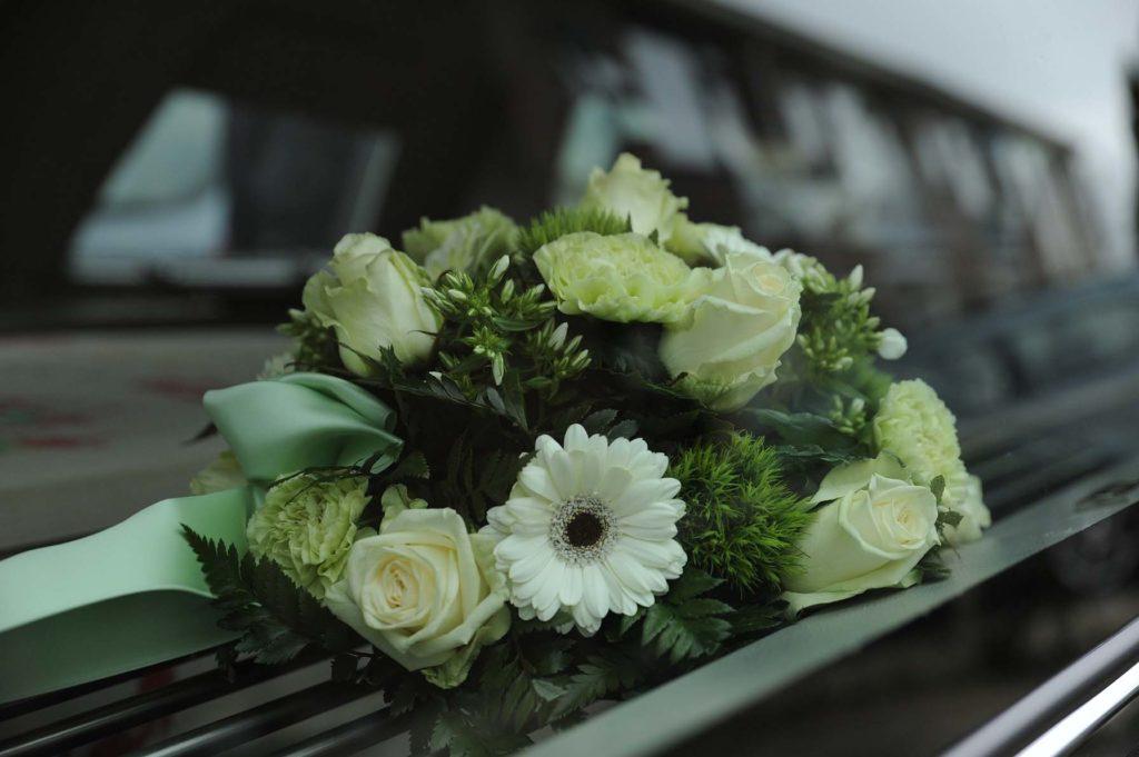 przewozy zwłok międzynarodowe trumny - trumna z kwiatami